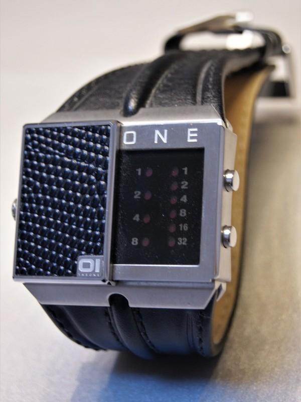01 The One Binary Time Slider Quartz Dual Time Staal Zwart Leder Zwart SD227R1
