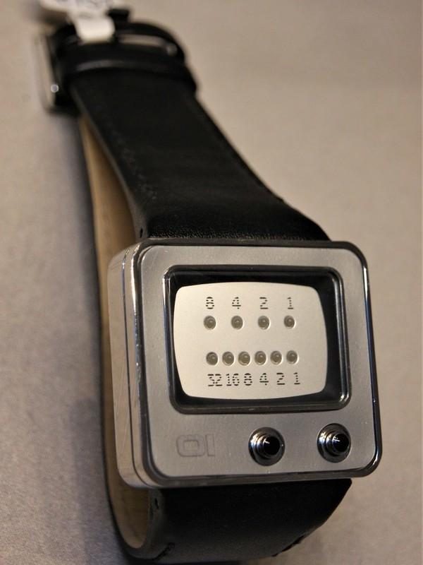 01 The One Binary Time TV Quartz Staal Zwart Leder Zilver TV109B1