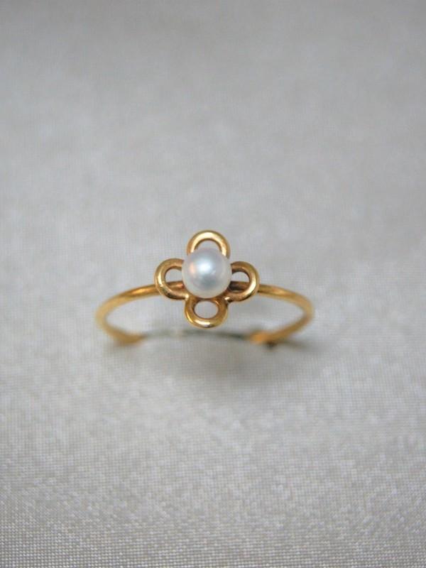 Gouden ring met parel in bloementjesvorm