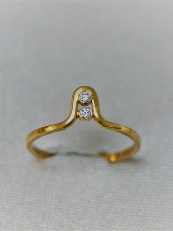 Gouden ring met lus en spanzetting van twee zirconia