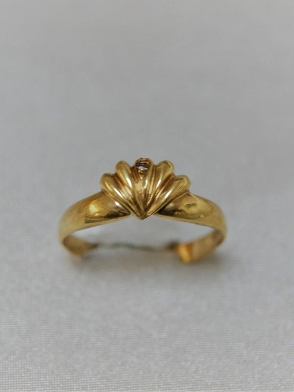 Gouden ring met schelpen kopstuk en zirconium