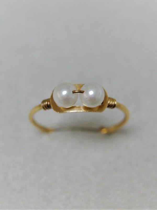 Gouden ring met twee parels en gedraaide gouden draad aan weerszijden