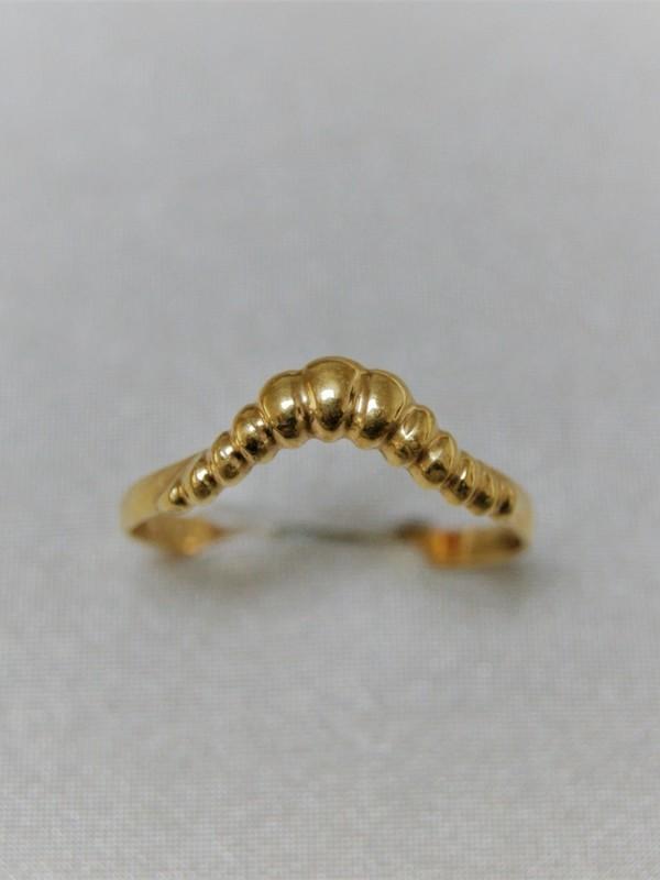 Gouden ring met kroonvormig kopstuk
