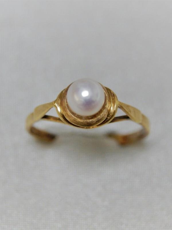 Gouden ring met opgelift kopstuk en parel