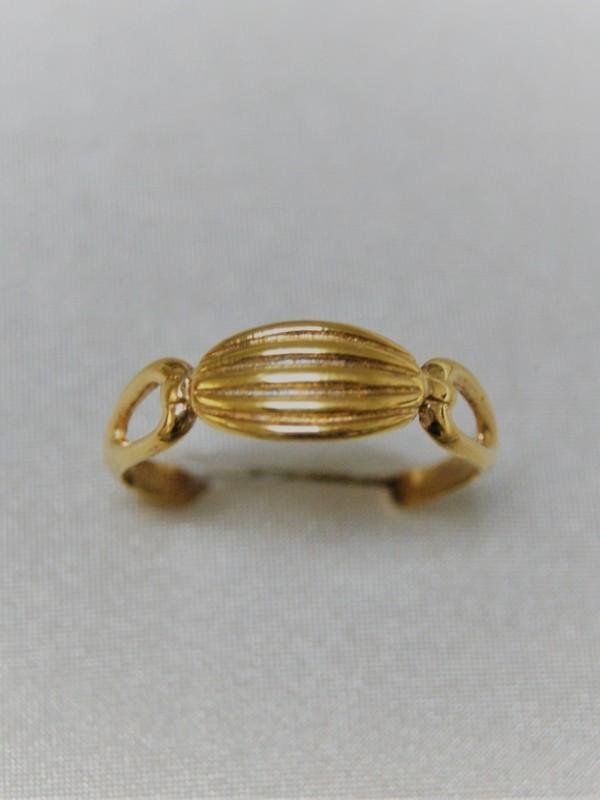 Gouden ring met gestreept kopstuk vastgehouden door lussen aan weerszijden