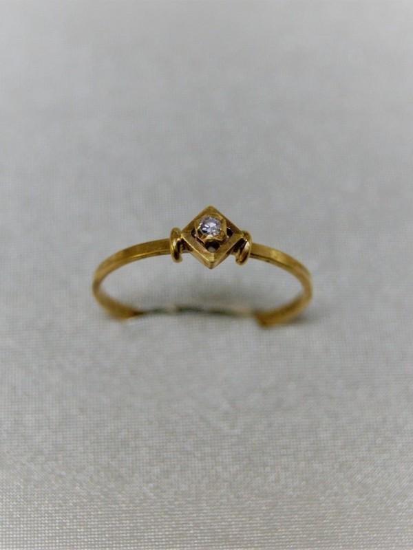 Fijne ruitvormige gouden ring met zirconium
