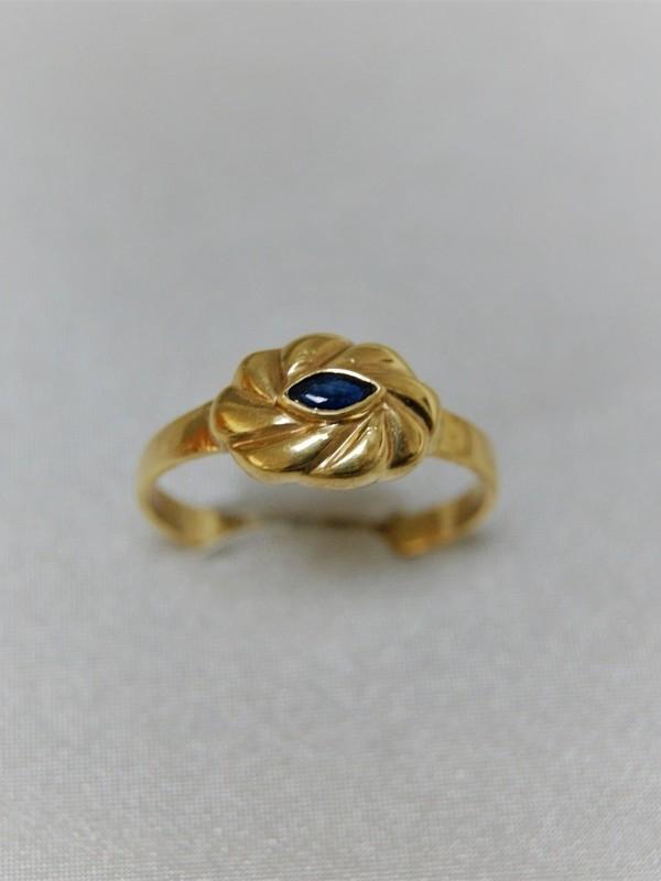 Bloemvormige gouden ring met saffier