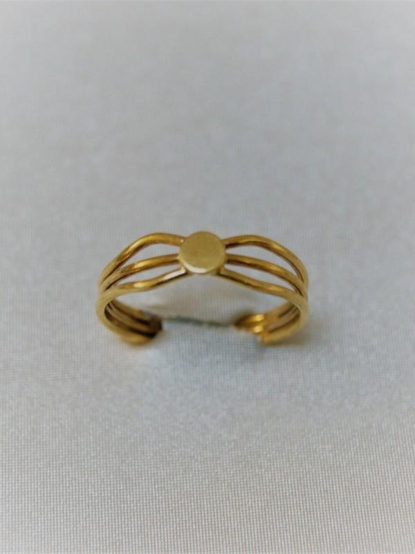 Gouden ring met rond plat kopstuk vastgehouden door twee verbonden gouden draden