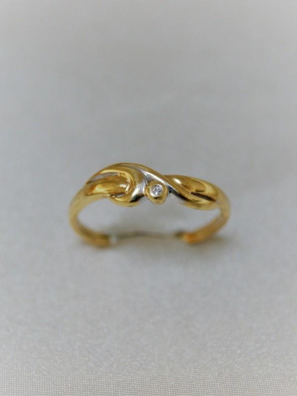 Gouden ring met zirconium en krullende versiering