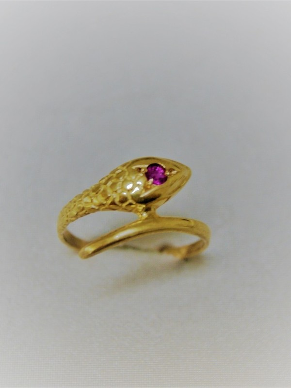 Gouden slangen ring met robijnen oog