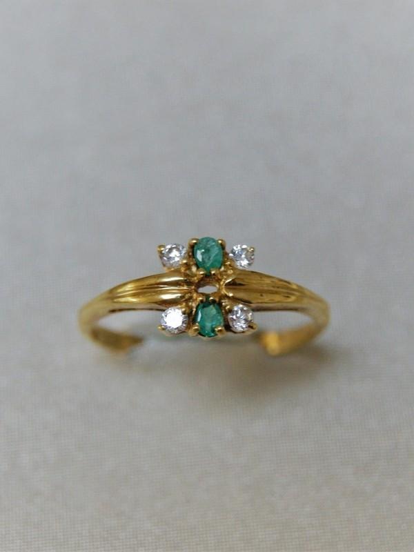 Gouden ring met smaragd en zirconia in bloemvorm