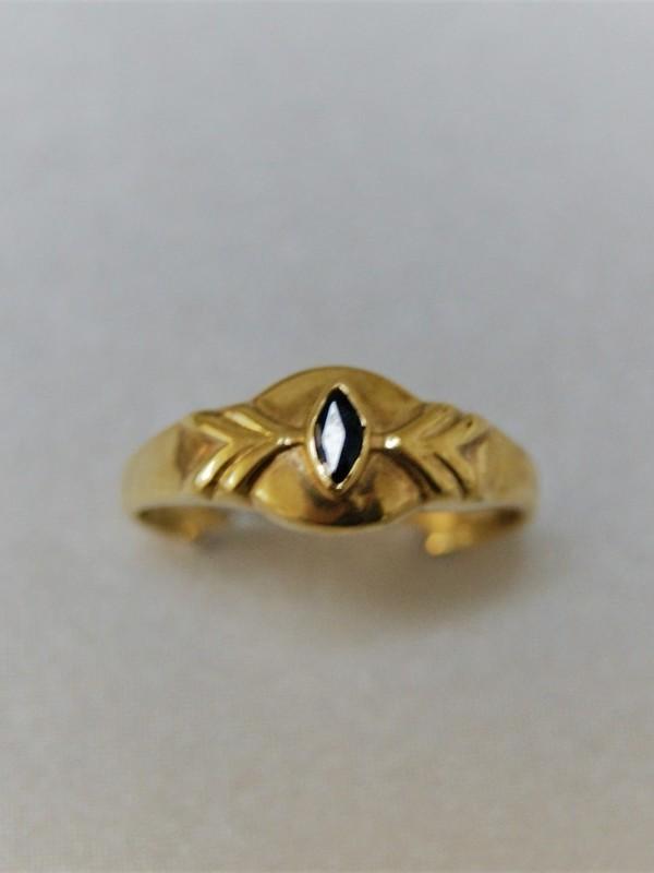 Gouden ring met breder kopstuk bekroond met een ruitvormige saffier