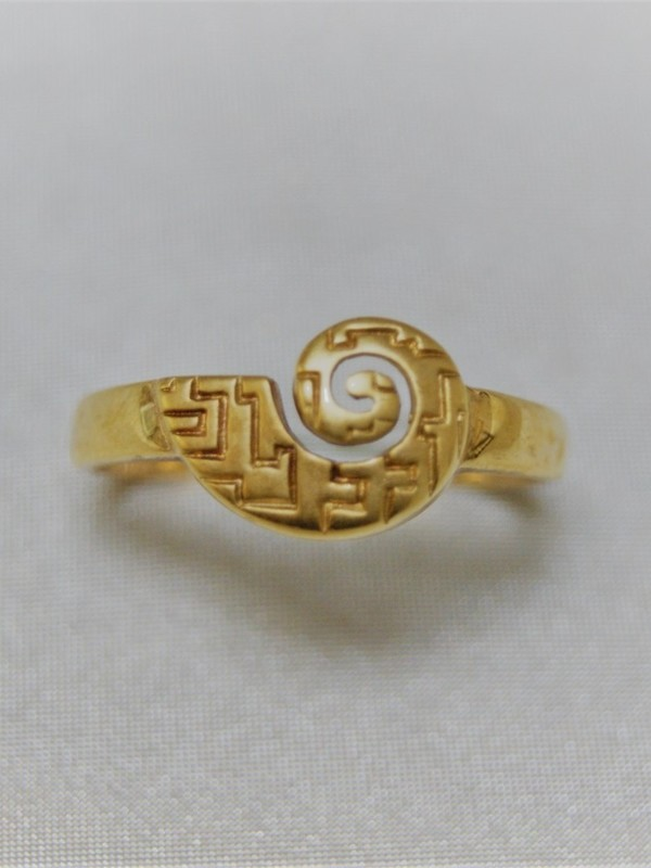 Gouden ring met schelpvormig kopstuk