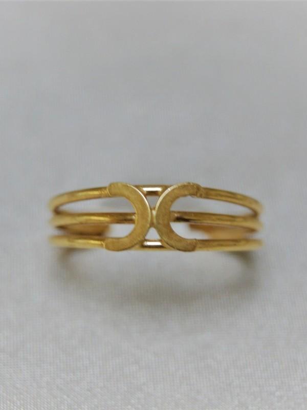 Gouden ring met twee halve maantjes