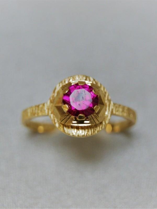 Gouden ring met verhoogdkopstuk en sprirel
