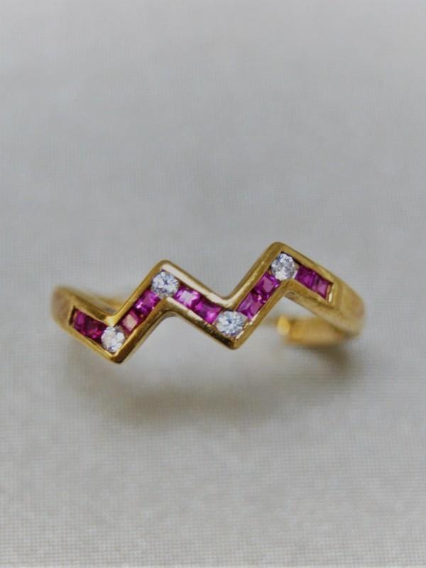 Gouden gekartelde ring met zirconia en saffier