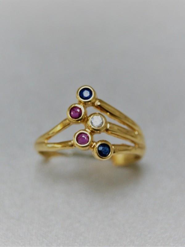 Gouden vertakkende ring met kast zetting van zirconium, saffier en robijn