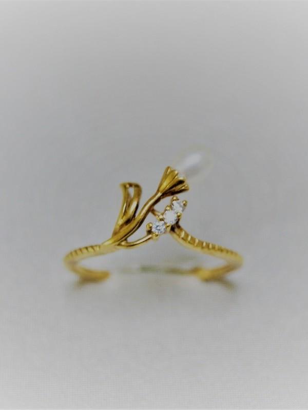 Gouden bloemvormige ring met parel en drie zirconia