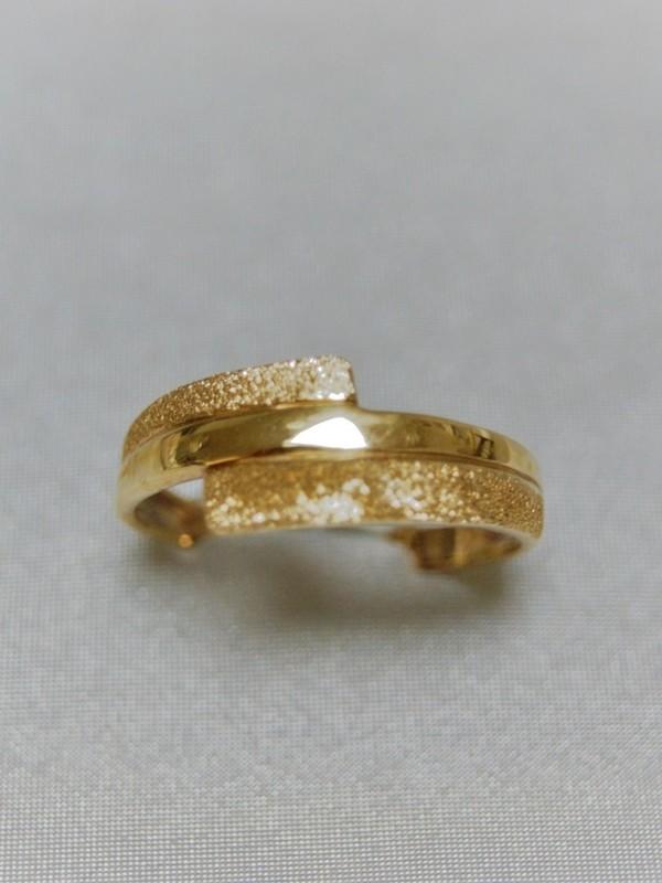 Gouden ring met glitterende afsplitsingen aan weerszijden