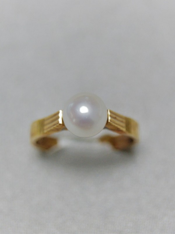 Gouden ring met opgelift kopstuk met parel