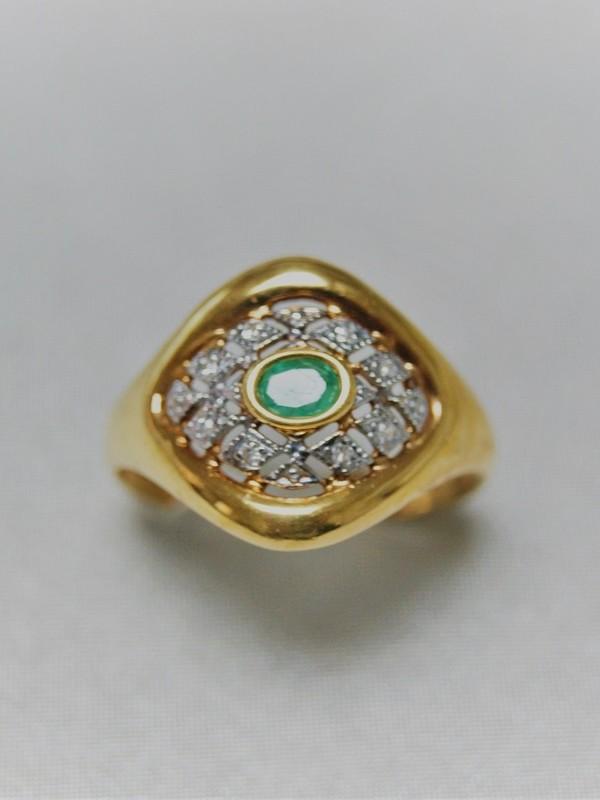 Gouden ring met kast zetting van een smaragd omringt met kleine zirconium