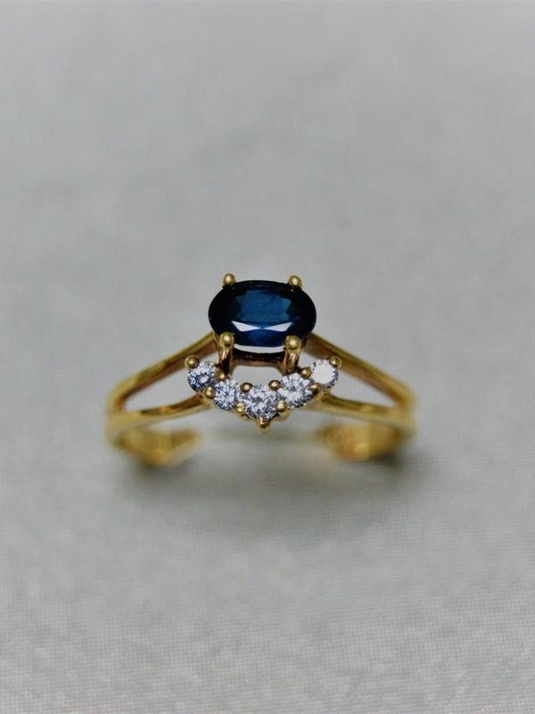 Gouden ring met chaton-klauwzetting van een saffier en zirconia