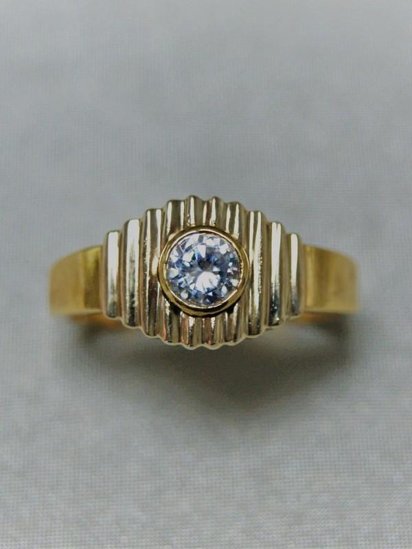 Gouden ring met kast zettingen van zirconium