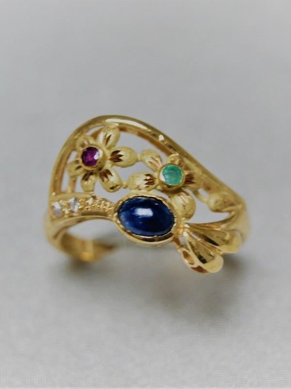 Gouden ring met bloemenblad met saffier, robijn en smaragd