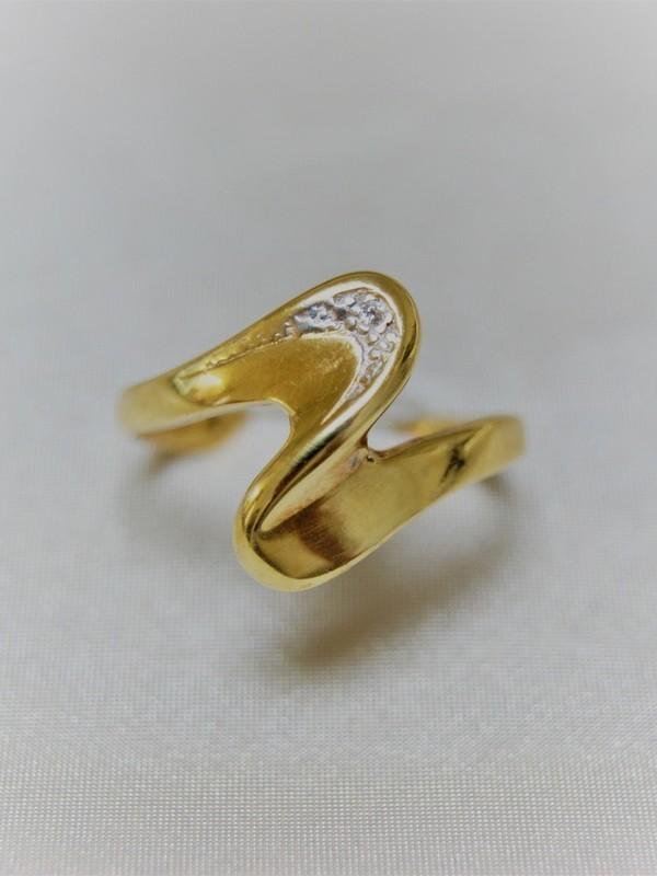 Gouden ring met zirconium en zweepslagmotief