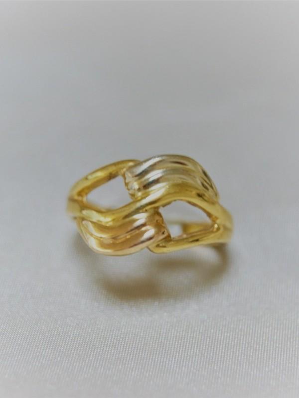 Gouden ring met golvend motief