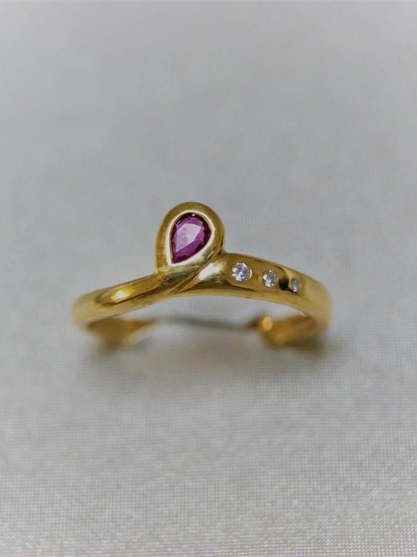 Gouden ring met robijn en glad gezette briljanten