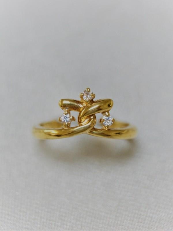 Gouden kroonvormige ring met zirconia
