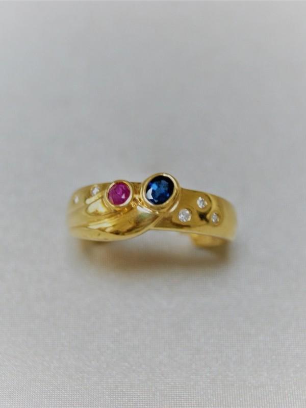 Brede gouden ring met briljant, saffier en robijn