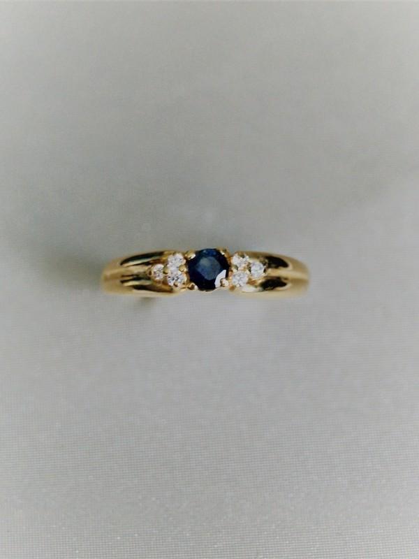Gouden ring met klauwzetting saffier en zirconia
