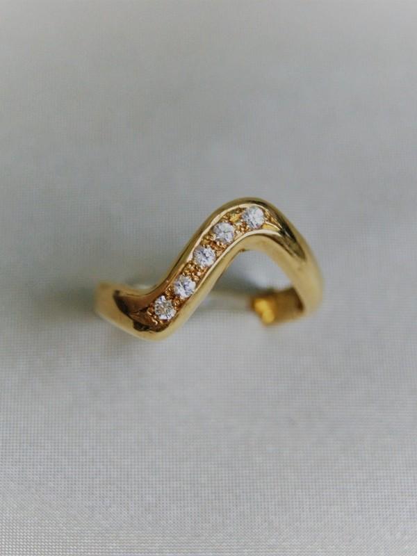 Gouden golfvormige ring met zirconia