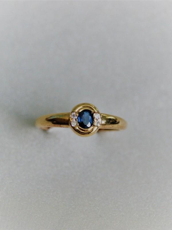 Gouden ring met saffier en zijstenen van zirconia