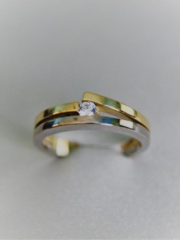 Gouden ring met spangezette zirconium