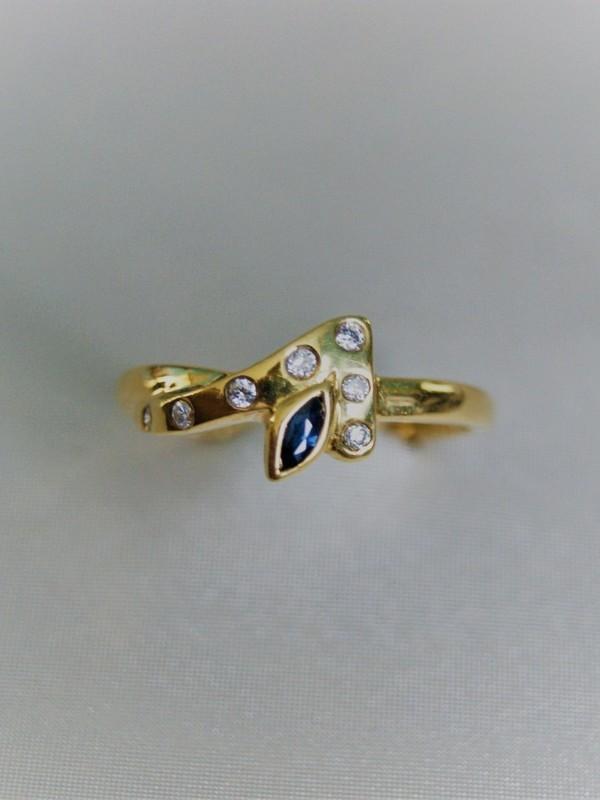 Gouden ring met kopstuk van zirconia en saffier