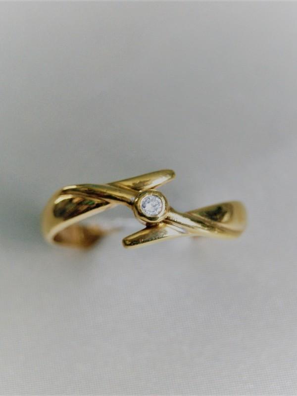 Gouden ring met kastgezette zirconium