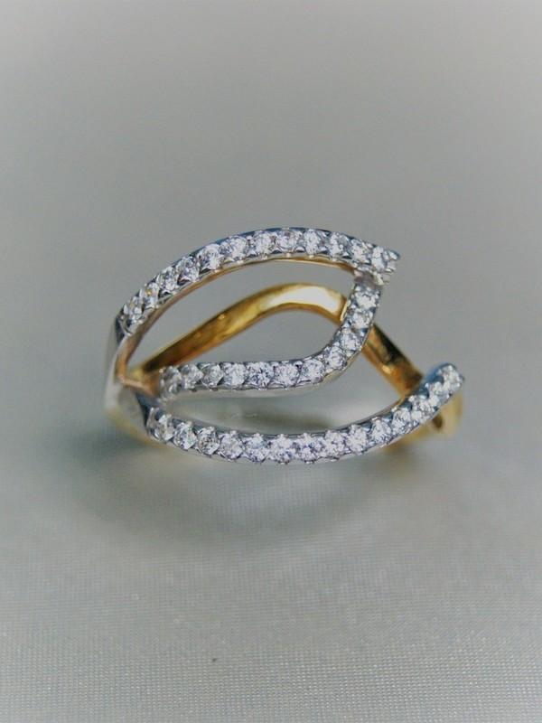 Gouden ring met vertakkingen van zirconia