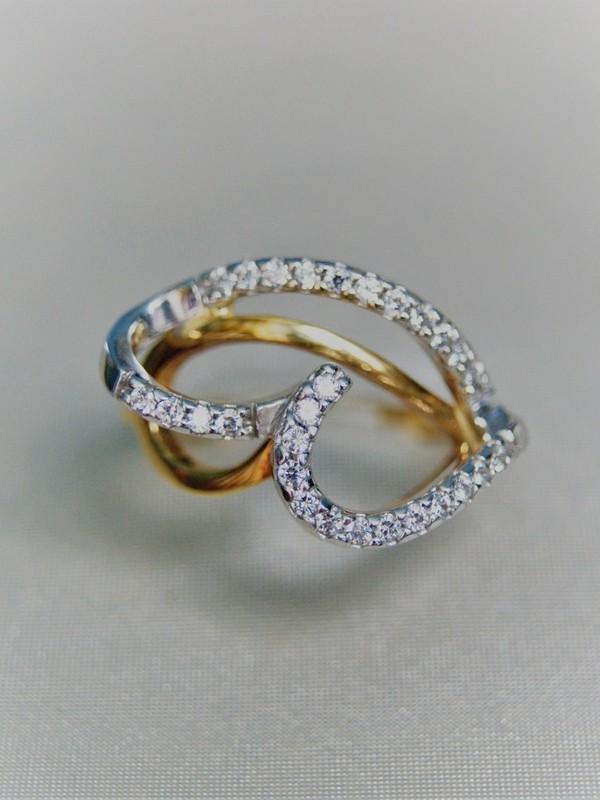 Gouden ring met vertakking van zirconia