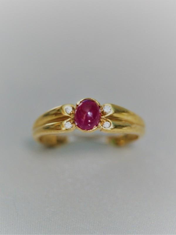 Gouden solitaire ring met robijn en zijzetting van briljanten