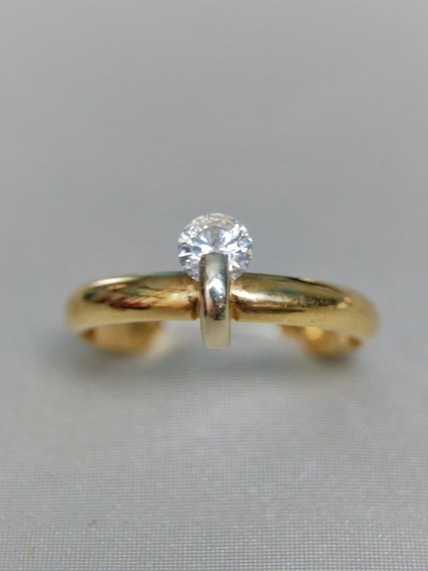 Gouden ring met spangezette zirconium kopstuk