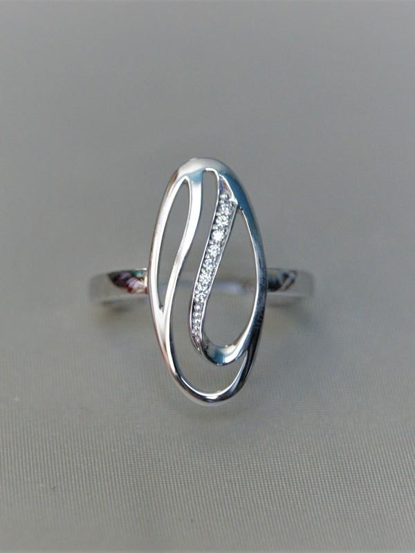 Gouden ring met ovaalvormig kopstuk en zirconia