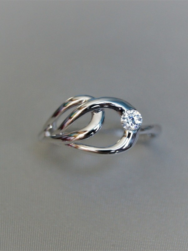 Gouden ring met druppelvormig motief en zirconium