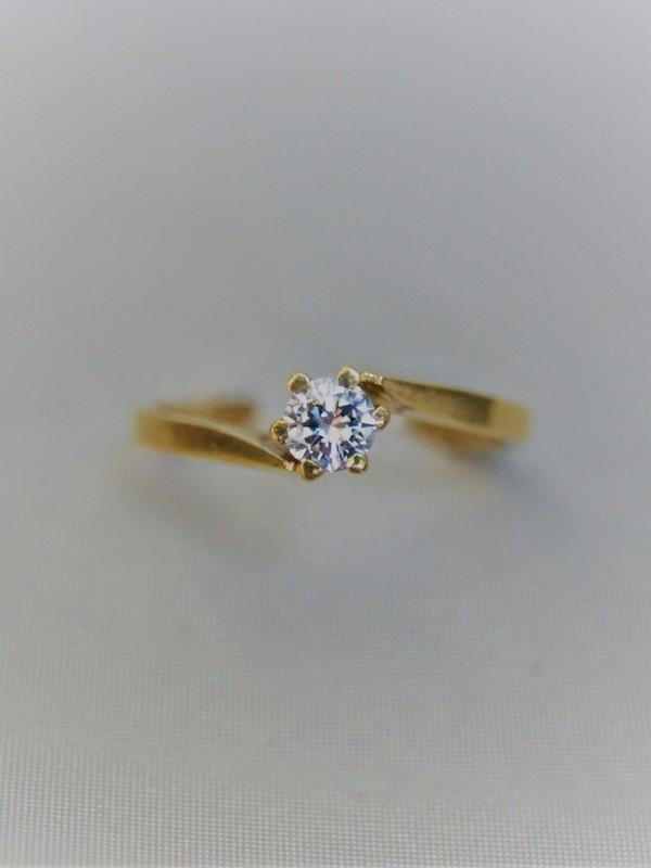Gouden solitair ring met klauwgezette zirconium