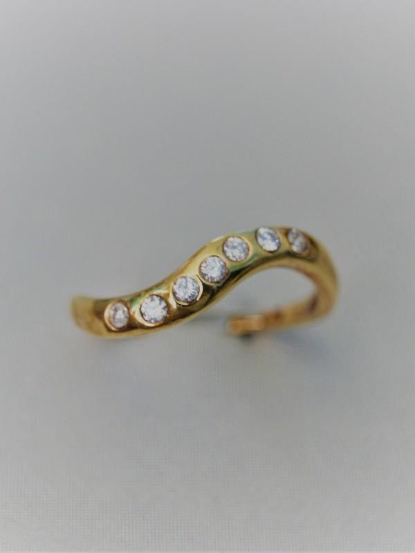 Gouden ring met golvend motief en briljanten