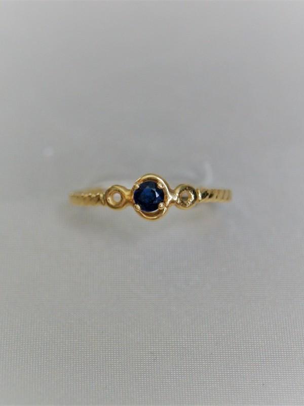 Gouden solitair ring met klauwgezette saffier