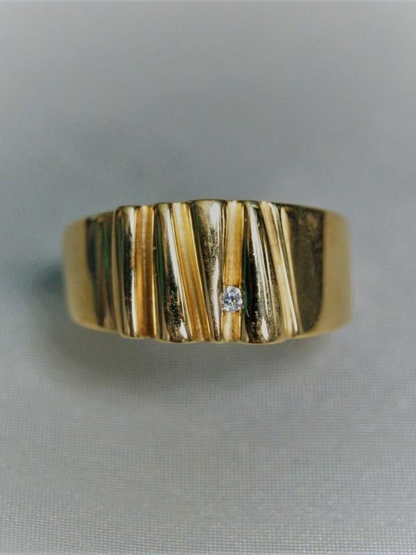Brede gouden relief ring met zirconium