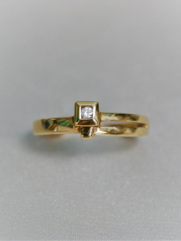 Gouden ring met vierkant kopstuk met kastgezette zirconium